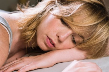 6 Horrifying Situations That Occur When You Sleep In Your Makeup